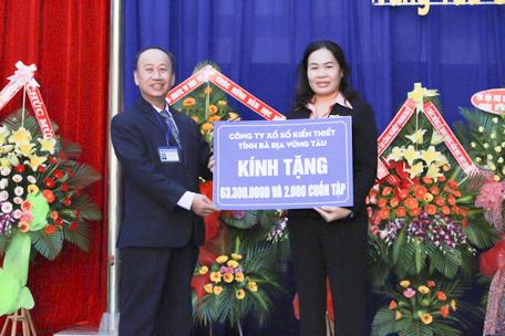 Đại diện lãnh đạo Công ty TNHH MTV Xổ số kiến thiết BR-VT trao 63,3 triệu đồng cho Trường TH Trương Công Định (TP. Vũng Tàu).